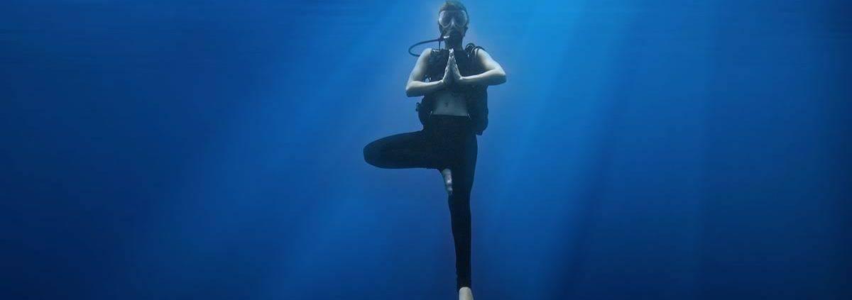 scuba diving in maui meditating underwater