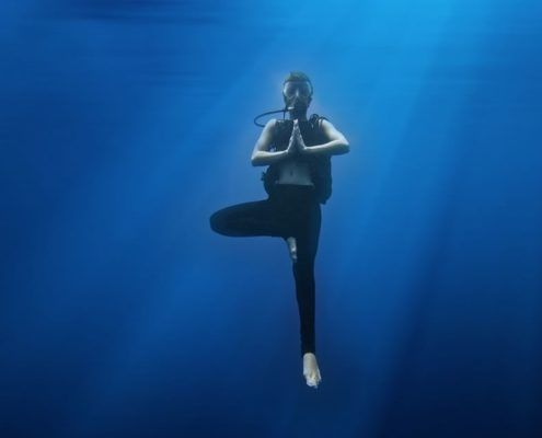 scuba diving in maui meditating underwater